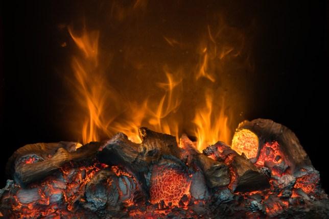 Chama de fogo queimando carvão e madeira na lareira (Buncha Lim) s