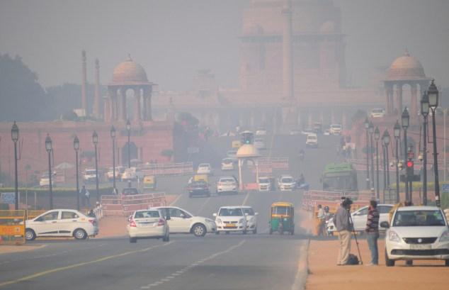 Veículos que circulam na estrada em meio a forte poluição atmosférica (Saurav022) s