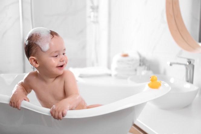 Bebezinho na banheira em casa (Nova África) s