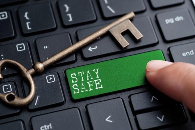Dedo fechado no teclado com a palavra STAY SAFE (kenary820) S