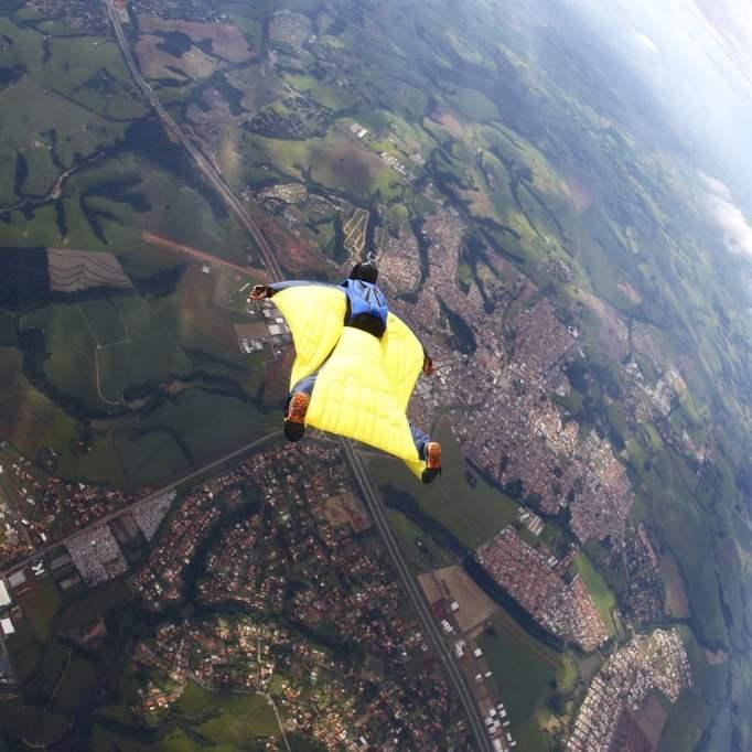 pára-quedista asa amarela terno voando (Rick Neves) S