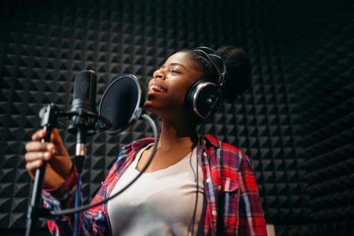 Músicas de artista feminina no estúdio de gravação de áudio (Nomad_Soul) s