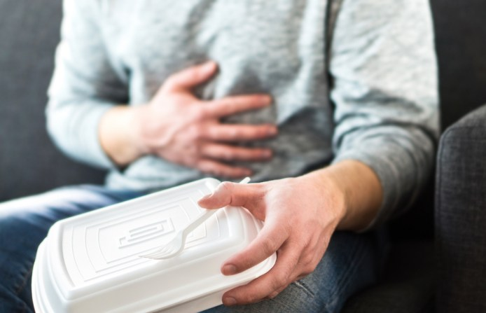 Homem tendo diarréia ou intoxicação alimentar após fast food insalubre (Tero Vesalainen) S