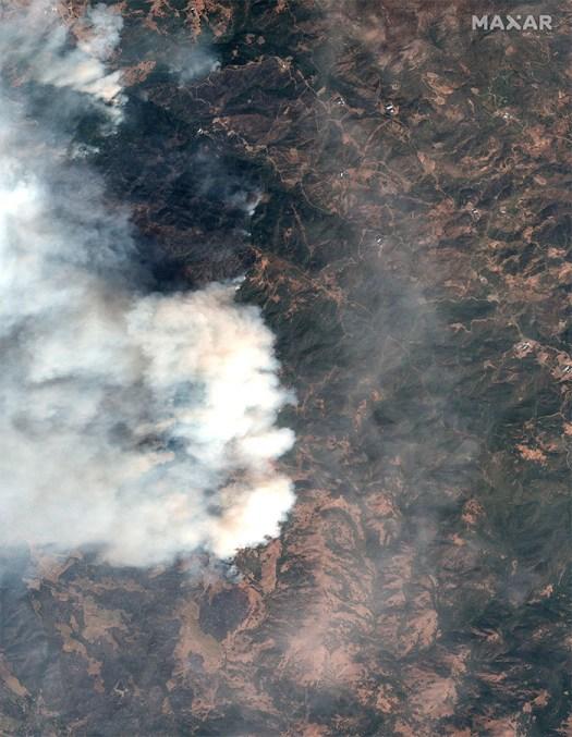 Натуральное цветное спутниковое изображение пожара Кинкейда в округе Сонома, штат Калифорния, 24 октября 2019 года.