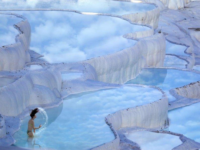 En-la-provincia-de-denizli-en-occidente-el-pavo-el-naturalmente-terrazas-termal-primaveras-de-hierapolis-pamukkale-fecha-como-lejos- Formado-por-calcita-en-el-agua-los-resortes-calientes-mirar-como-impresionante-blanco-nubes