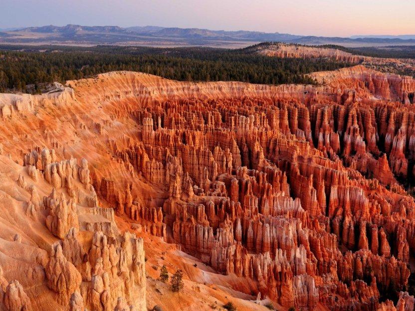 Localizado-en-utah-bryce-cañón-parque-nacional-es-hogar-a-brillante-coloreado-estructuras-geológicas-que-son-formados-de-erosión-y-llamado-hoodoos-el-parque- La-mayor-colección-de-hoodoos-en-el-mundo