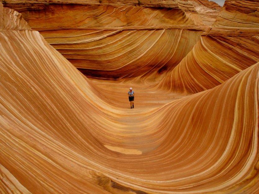 La-onda-es-una-arenisca-formación de roca-localizada-en-el-paria-cañón-vermillon-acantilados-desierto-cerca-de-la-frontera-de-arizona-y-utah- Su-colorido-y-único-formaciones-y-el-difícil-hike-necesario-para-llegar-a-y-youll-necesidad-t
