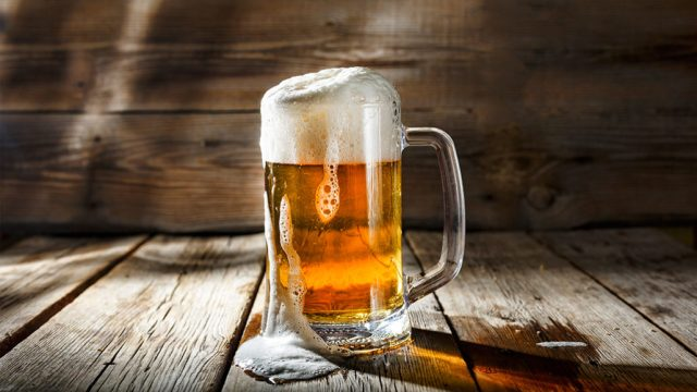 इथॅनॉल असलेले पेय सामान्यपणे अल्कोहोलयुक्त पेय म्हणून ओळखले जातात. बियर, व्हिस्की, रम, व्हाइन, जिन टॉनिक, स्कॉच असे अनेक अल्कोहोलयुक्त पेय आहेत.
