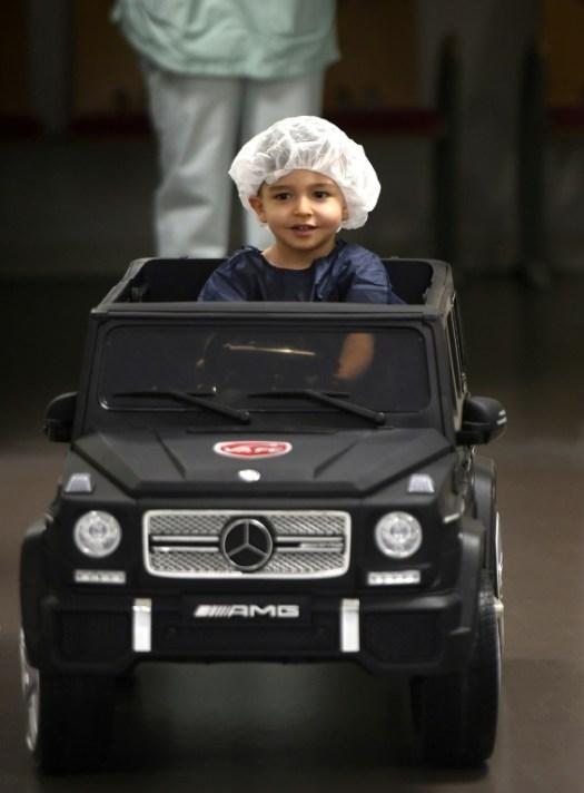 Un enfant de deux ans conduit une voiturette à l'hôpital de Valenciennes le 2 février 2018, pour aller en salle d'opération (AFP/Archives - FRANCOIS LO PRESTI)