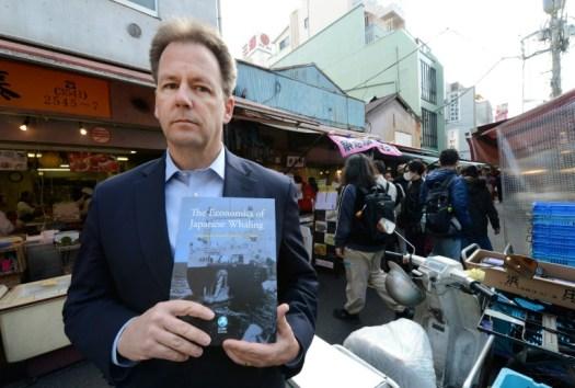 Partisans et adversaires de la chasse à la baleine se sont affrontés lors de la réunion de la Commission baleinière internationale. Patrick Ramage, directeur du Fonds international pour le bien-être animal, présente un rapport sur l'industrie baleinière nipponne. Le 5 février 2013 à Tokyo. (AFP/Archives - TORU YAMANAKA)