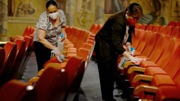 Coronavirus: la France rouvre terrasses et musées, New York tombe le masque