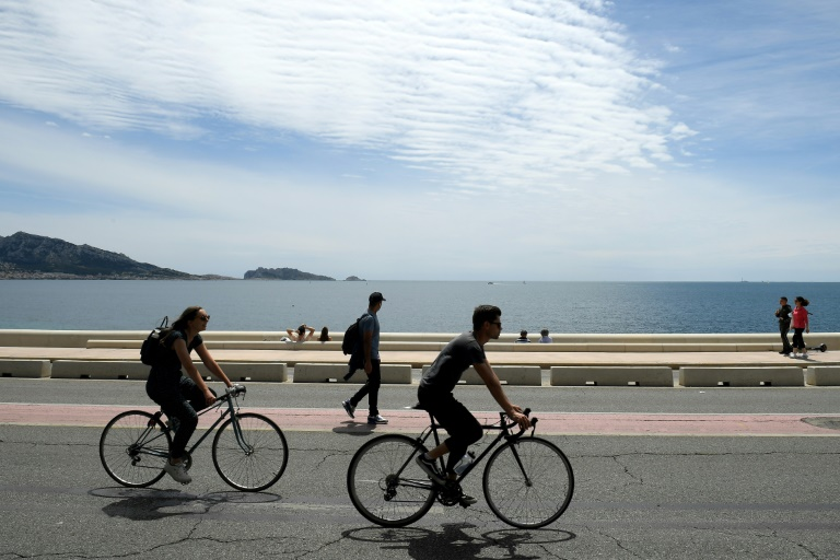 Walkers or cyclists on the Corniche road in Marseille on May 23, 2021 (AFP - Nicolas TUCAT)