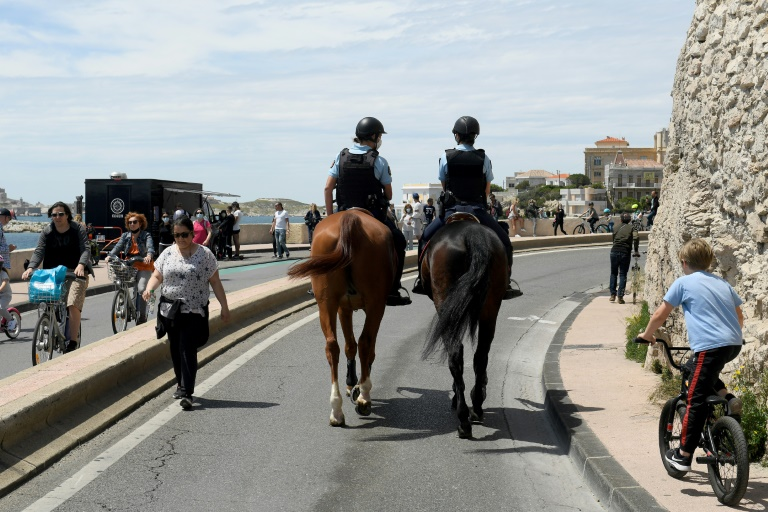 Police mounted in a patrol on the Corniche road in Marseille on May 23, 2021 (AFP - Nicolas TUCAT)