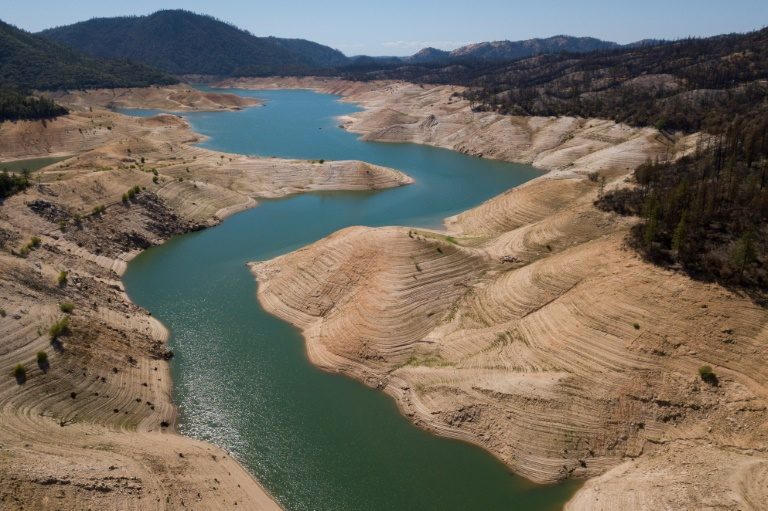 A sign of a drought raging in California, the level of Lake Oroville in Butte County is half the normal for this time of year, May 25, 2021 (AFP - Patrick T. FALLON)