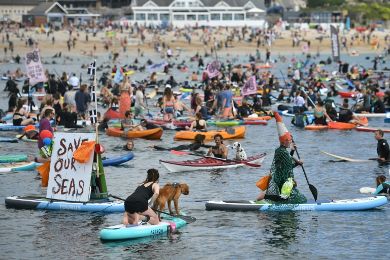 Environmentalists demonstrate on surfboards, oars and kayaks in Falmouth (Cornwall) on the sidelines of the G7 summit on June 12, 2021 (AFP - Oli SCARFF)