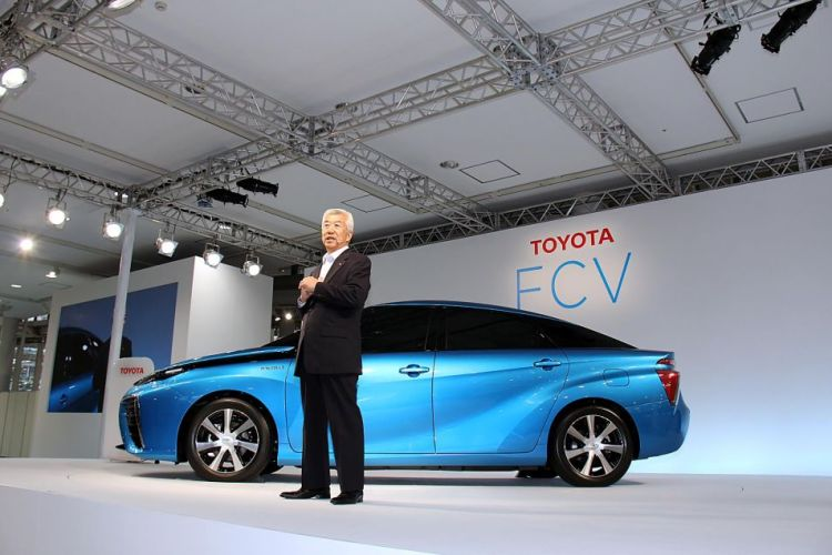 De Toyota FCV zal één van de eerste commercieel verkrijgbare waterstofauto's zijn. Deze auto is in 2015 verkrijgbaar, maar alleen in gebieden waar een geschikt waterstofnetwerk bestaat.
