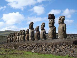 Ahu met stenen beelden