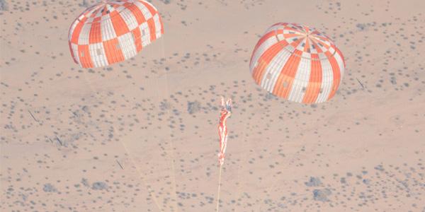 Eén van de parachutes faalt. Foto: NASA.