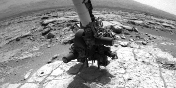 Curiosity gebruikte zijn robotarm om het gaatje te boren. Foto: NASA / JPL-Caltech.