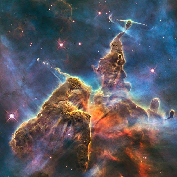 NASA noemde deze foto 'mystieke bergen'. Maar er is nog veel meer in te zien. Foto: NASA / ESA / the Hubble Heritage Team (STScI / AURA).