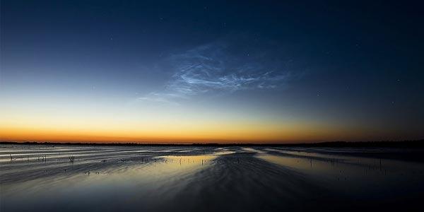 Een lichtende nachtwolk. Foto: Hrald (cc via Wikimedia Commons).
