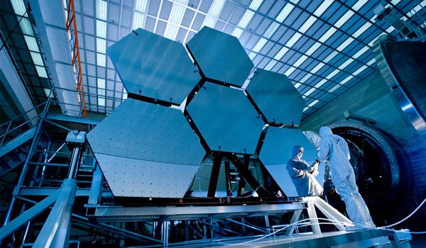 Wetenschappers testen de spiegels van de James Webb Space Telescope. Foto: MSFC / David Higginbotham /Emmett Given.