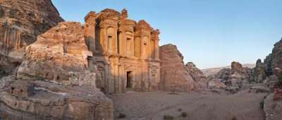 De Deir, ook wel 'het klooster' genoemd is ondanks de aardbevingen nog intact. Het gebouw is 50 meter breed en 40 meter hoog. Ondanks dat het gebouw bekend staat als 'het klooster' was het in de tijd van de Nabateeërs waarschijnlijk een tempel. Het gebouw kreeg die bijnaam omdat er een aantal kruisen in de muur gekrast zijn.
