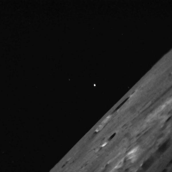 Aan de horizon een vrij gladde krater met een diameter van ongeveer 23 kilometer. Iets op de voorgrond de Toscanelli-krater met een diameter van zeven kilometer. Foto: NASA Ames.