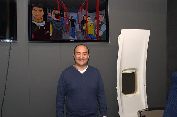 Guntur Sandino met op de achtergrond één van de nieuwe virtuele werelden: de buswereld. / Foto gemaakt door Evelien de Roode.