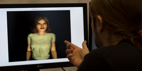 In gesprek met een virtual human. Afbeelding: Heleen van der Zaag.