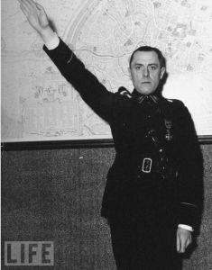 Joris van Severen brengt de Hitler groet. Bron: alertmagazine.nl