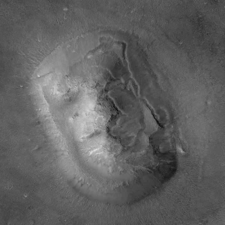 Helemaal bovenaan dit artikel ziet u 'het gezicht op Mars'. Een tafelberg die vanuit de ruimte lijkt op een gezicht. Als we inzoomen, wordt het steeds lastiger om deze berg als gezicht te herkennen, zo blijkt wel uit deze foto. Afbeelding: NASA.
