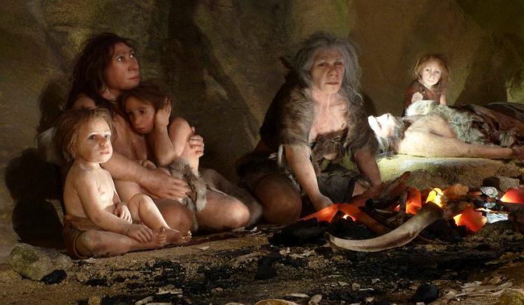 Een groep Neanderthalers bij een kampvuur.