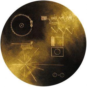 De Voyager-ruimtesondes hebben een gouden plaat aan boord. Deze plaat is een tevens een soort galactische TomTom: het vertelt buitenaardse beschavingen waar de aarde zich bevindt.