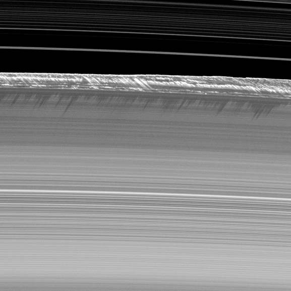 Cassini heeft de ringen van Saturnus heel wat keren vereeuwigd. Maar dit kiekje is toch wel heel bijzonder. Te zien is hoe verticale structuren - die behoren tot de hoogste structuren in de hoofdringen van Saturnus - uit de rand van de B-ring oprijzen en lange schaduwen werpen op de ring. Afbeelding: NASA / JPL / SSI.