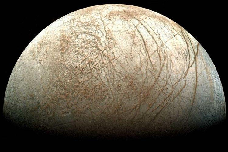 De maan Europa gefotografeerd door de Galileo-ruimtesonde.