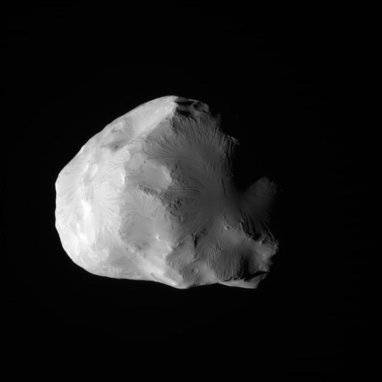 De ijzige maan Helene is pas in 1980 ontdekt. De maan heeft een grootte van 43 bij 38 bij 26 kilometer. Het is een Trojaanse satelliet, omdat het maantje in het Lagrangepunt van de grotere maan Dione om Saturnus draait.