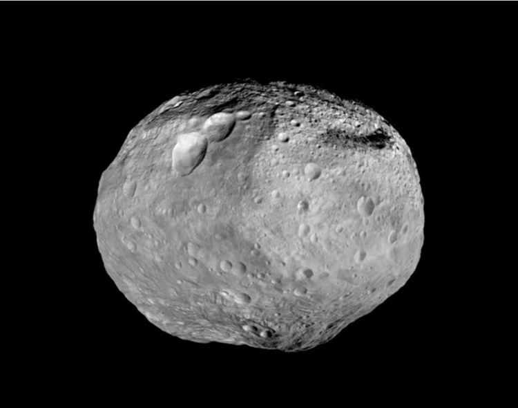 Een foto van Vesta, opgebouwd uit beeldmateriaal dat Dawn verzamelde. Op de zuidpool zie je een enorme berg (meer dan twee keer zo hoog als de Mount Everest) en bovenaan zie je drie opvallende kraters die samen ook wel worden aangeduid als 'De Sneeuwpop'. Afbeelding: NASA / JPL-Caltech / UCAL / MPS / DLR / IDA.