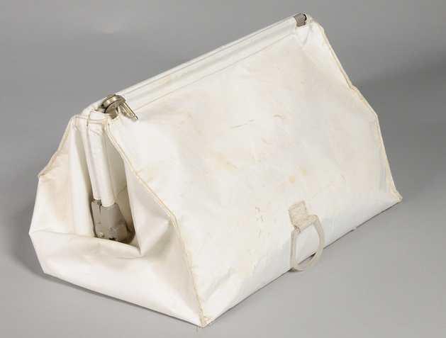 Het tasje waarin de onderdelen zaten. Afbeelding: National Air and Space Museum, Smithsonian Institution.