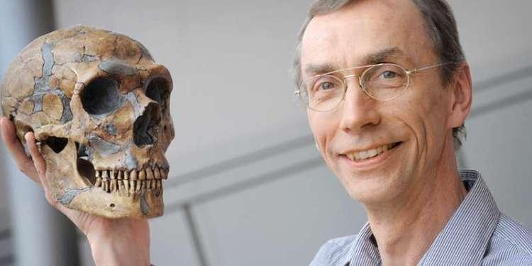 Onderzoeker Svante Pääbo poseert met een schedel van een Neanderthaler. Afbeelding: Frank Vinken.