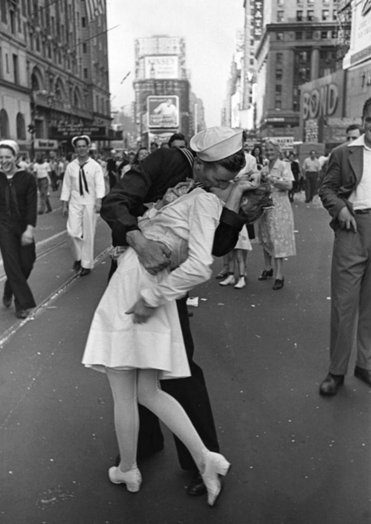 """De beroemde foto met daarop een nog altijd onbekende matroos en dame. Tot op heden zijn er tientallen mannen en vrouwen geweest die beweren dat zij op de foto te zien zijn. """"Wie vertelt de waarheid?"""" vraagt onderzoeker Donald Olson zich hardop af."""