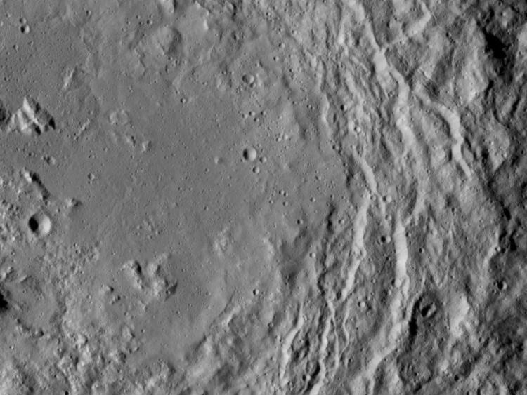 De bergketen (zo'n beetje linksonder) bevindt zich in een 163 kilometer brede krater. Afbeelding: NASA / JPL-Caltech / UCLA / MPS / DLR / IDA.