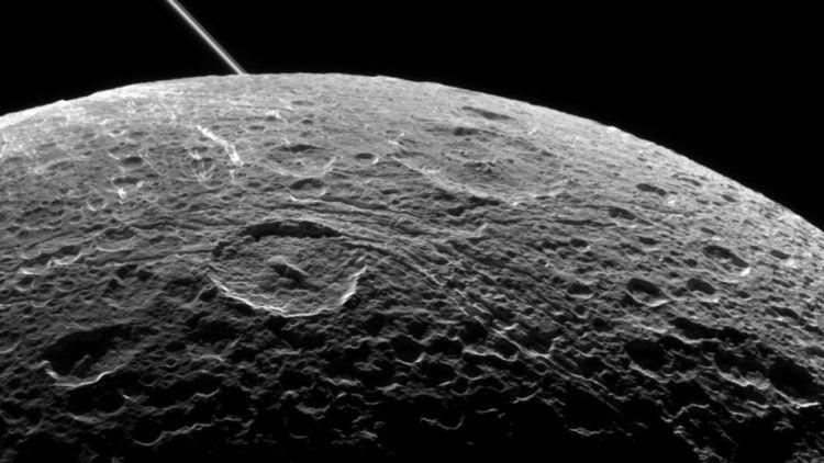 Dione van dichtbij. Achter de maan zie je nog één van de ringen van Saturnus. Afbeelding: NASA / JPL-Caltech / Space Science Institute.