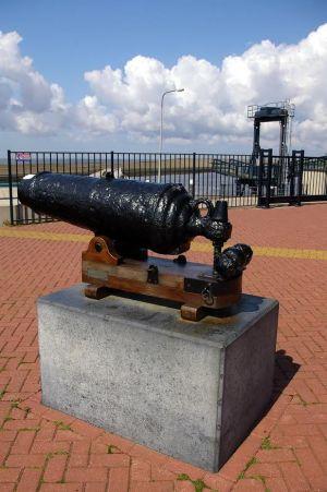 Het kanon van Lutine in de haven van Harlingen.