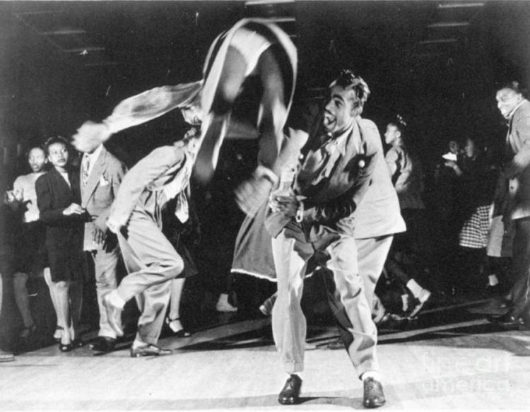 Dansen op 'swing' werd populair in de jaren twintig en dertig. Op de foto twee kennelijk in vervoering verkerende 'jitterbuggers' uit 1939. Opinieleiders vreesden dat jazzmuziek de jeugd bandeloos en immoreel maakte. Liever zagen ze jongeren keurig samen zingen of volksdansen.