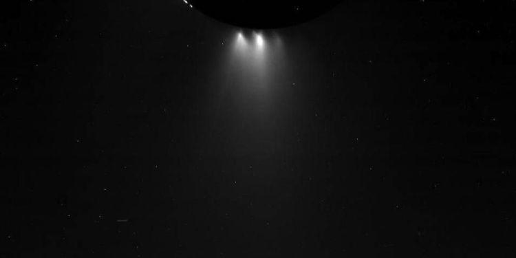 Deze foto maakte Cassini tijdens de scheervlucht langs Enceladus. De geisers zijn duidelijk zichtbaar. Afbeelding: NASA / JPL-Caltech / Space Science Institute.