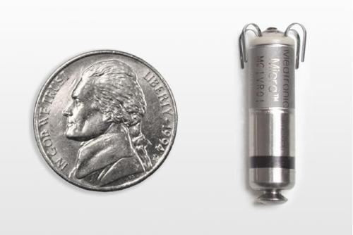 De pacemaker is ietsje langer dan een kleine munt (met een diameter van ongeveer 2 centimeter). Afbeelding: Medtronic.