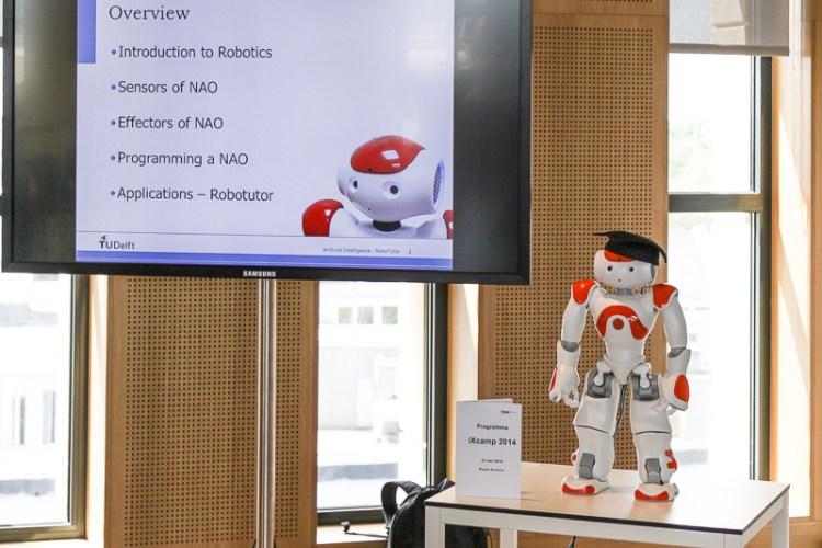 RoboTutor geeft een spreekbeurt over zichzelf.