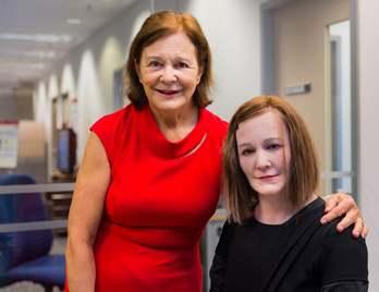 Onderzoeker Nadia Thalmann met de robot. Afbeelding: NTU.