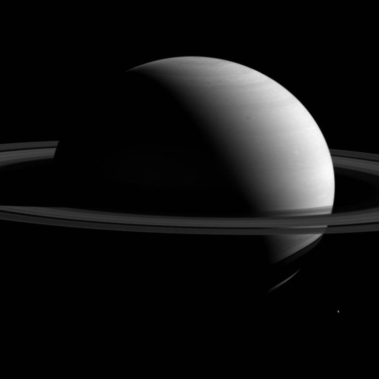Saturnus en Tethys. Afbeelding: NASA / JPL-Caltech / Space Science Institute.